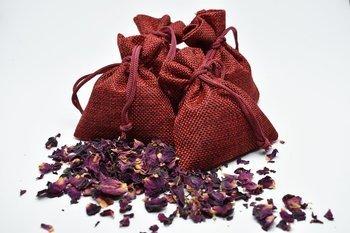 Worek jutowy z naturalnymi płatkami róż 5 szt