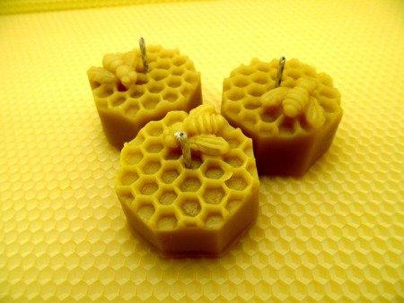 Ekologiczna świeca z wosku pszczelego ośmiobok z pszczołą